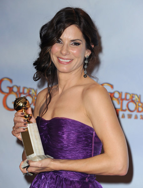 sandra-bullock-67th-golden-globes-chanel